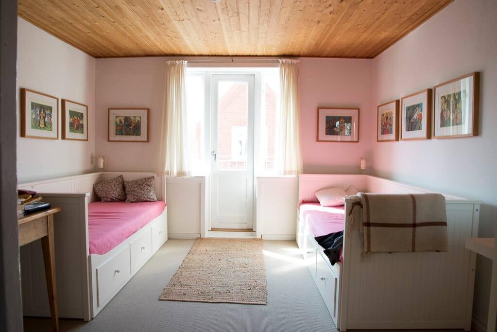 Soveværelset i lejligheden med to senge og udgang til altan.