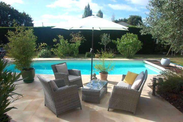 Chambre au calme avec joli jardin et piscine