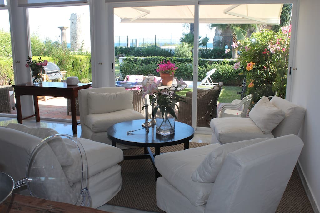 The second section of the livingroom overlooks the garden and the ocean
