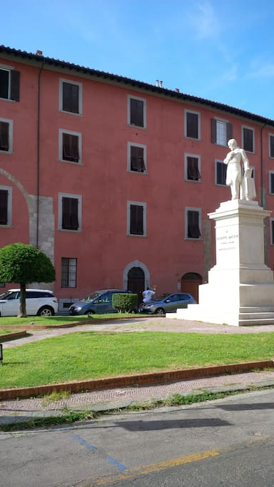 l'ingresso da piazza Mazzini, sui lungarni