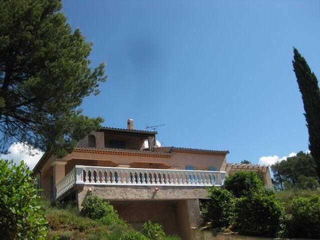 agréable villa pour 6 personnes - Ollières - House