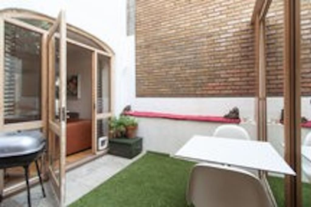 Enclosed private rear garden (with barbeque)