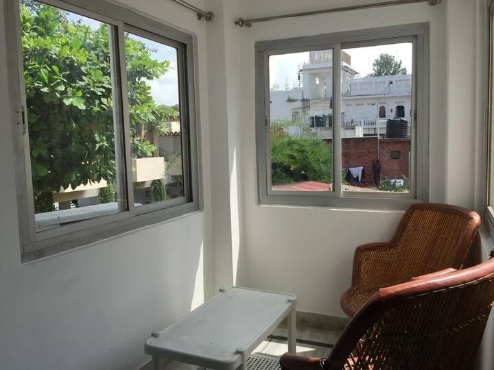 Non AC Pvt Room En-suite Bath @ goStops Udaipur