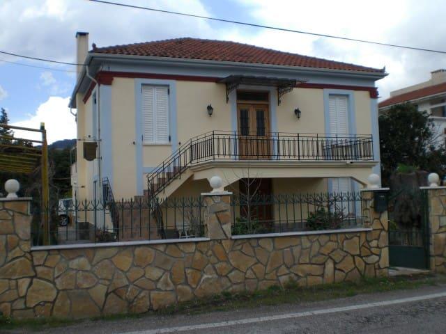 rustikales Steinhaus mit Holzdecken - Achaias - Andre