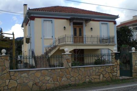 rustikales Steinhaus mit Holzdecken - Achaias