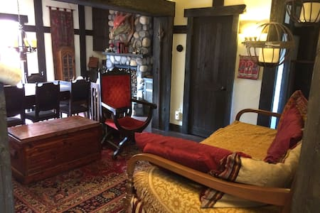 Medieval Themed Studio/Guest House - Glendale
