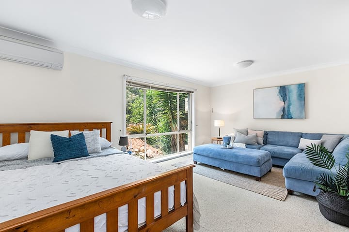 Large Queen Bedroom in Quiet Bushland Street
