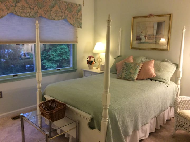 Cozy Cottage Room  in Historic Yardley area home