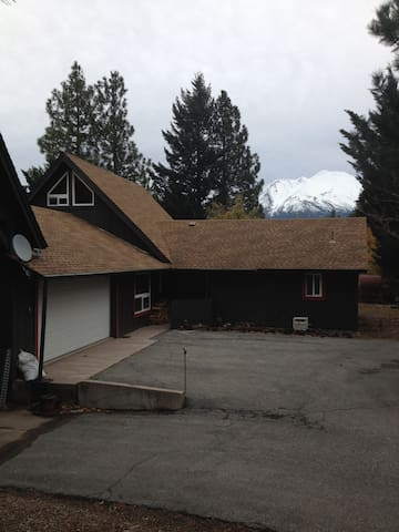 Newly Remodeled Mount Shasta Home-Quiet Area