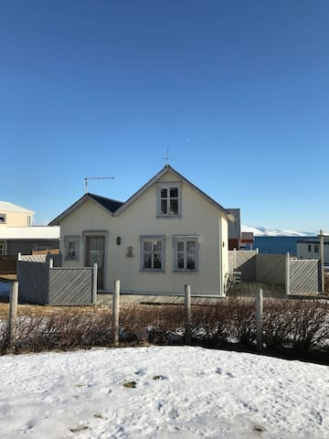 Small cottage by the sea in the Westfjords - Bolungarvik - Yurt