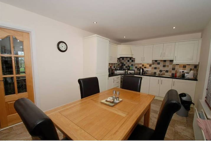 2 Bedroom House with Private Car Park - Coleraine - House