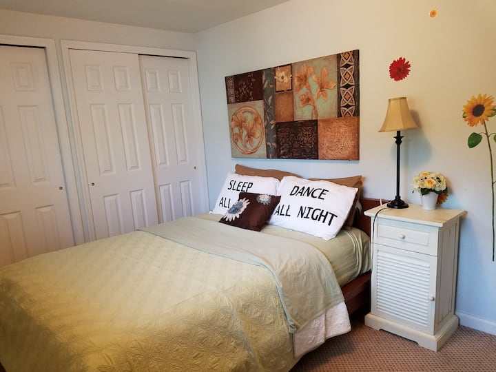 Safe/Clean/Private Rm w/Queen Sz Bed(Suite 2) L.I