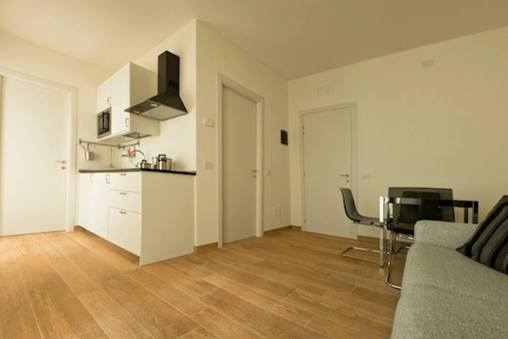 Miniappartamento: angolo cottura e salotto