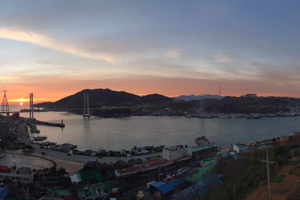 View of the sunrise from the balcony 베란다에서 보이는 겨울 일출입니다.