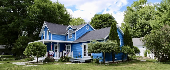 DEJA Blue - NEWLY remodeled. CLEAN! Walk to town!