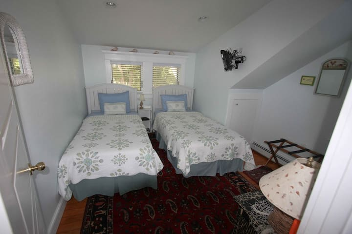 An Island Experience! The Twins - Full Breakfast! - Oak Bluffs - Bed & Breakfast