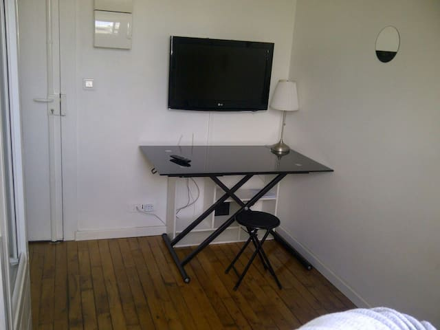 """34"" sunny single room Victor Hugo Champs Elysees"