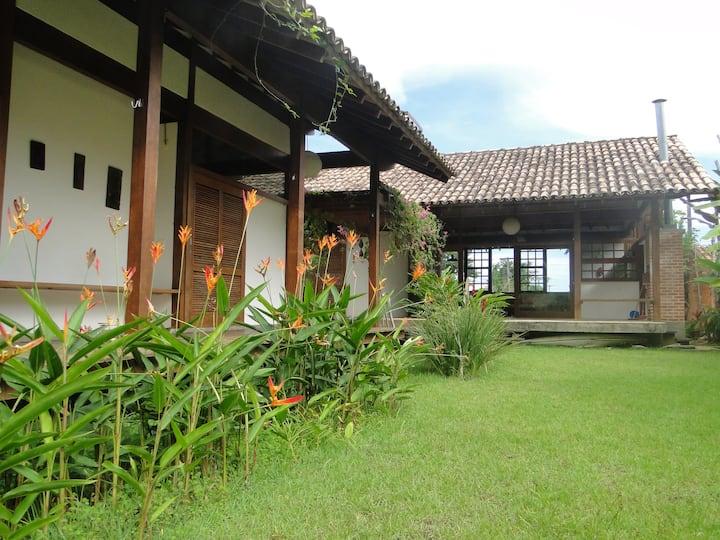Casa térrea, ampla, gostosa: jardim e 3 suites