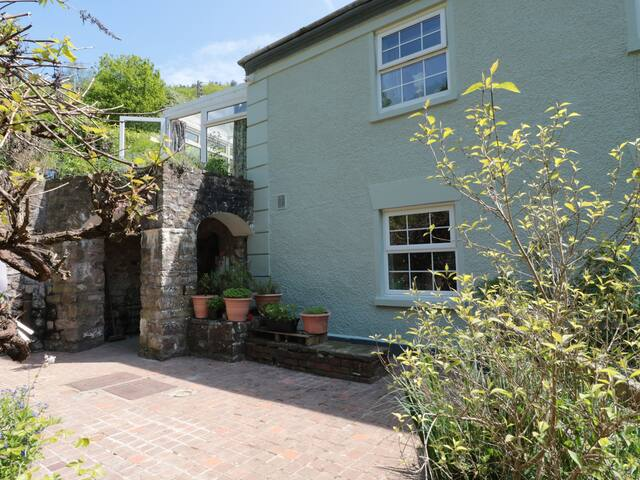 4 BRIDGE FLATS, pet friendly, with a garden in Redbrook, Ref 968156