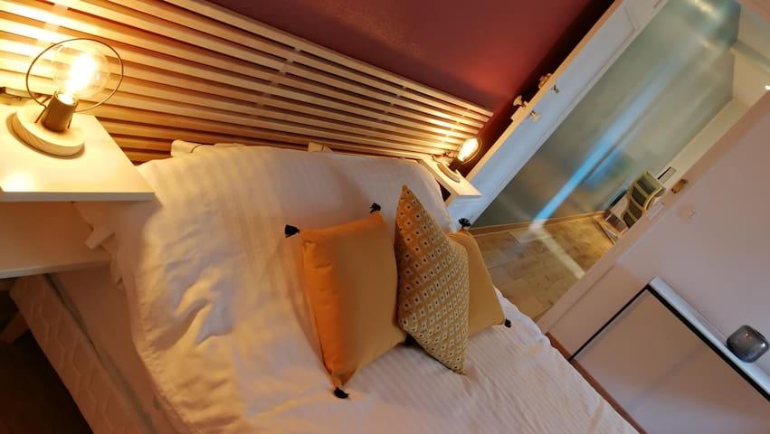 Traversin + 2 oreillers par personnes dont 1 ergonomique. Les cousins jaune c'est pour la déco...