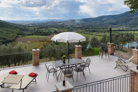 """WOW"" views,  infinity pool, Fabulous Family Home - Castiglion Fiorentino"