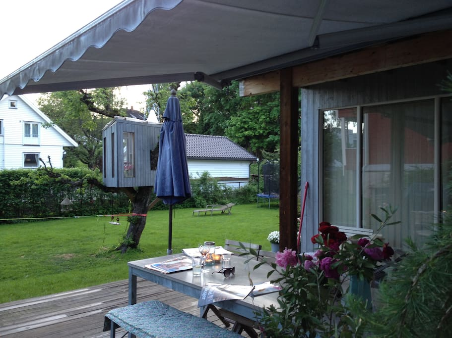 Hage (usjenert), terrasse, langbord, trehytte.