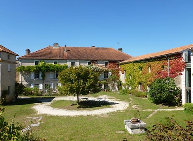 Grande maison charentaise sur 3 ha - Vilhonneur - Casa