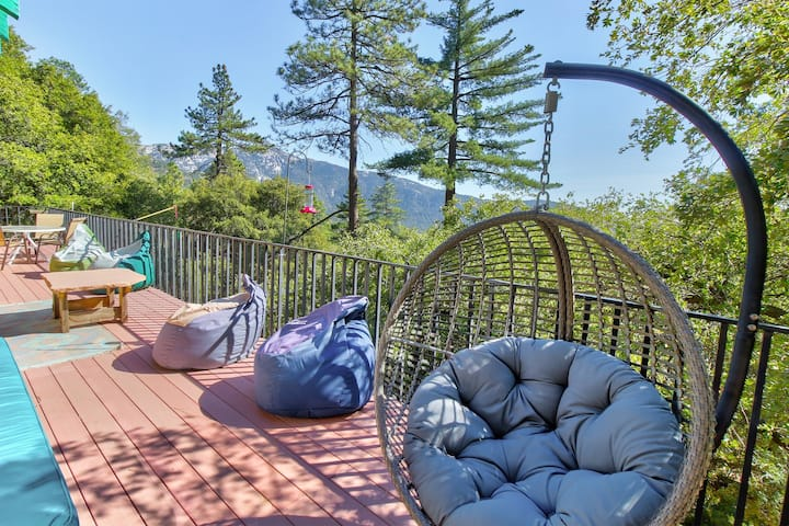 Gorgeous mountain view home w/ a large furnished deck & private gas grill!