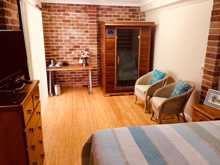* Caves Beach guest suite 800m walk to the beach *