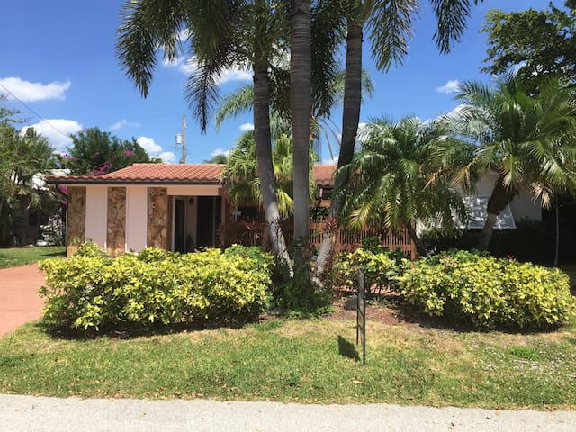Newly built  Efficiency close to the beach! - Lauderdale-by-the-Sea - Apartment