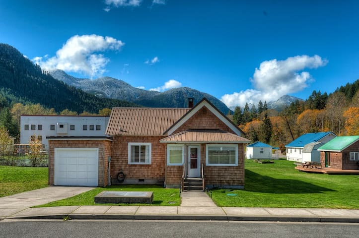 Historic pet friendly cottage 15 min to ski area, nearby hikes and adventures