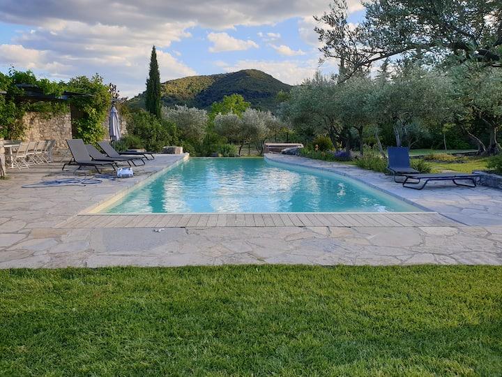 Maison en pierre avec piscine et jacuzzi