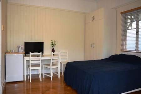 Great room Hawthorne & Bulimba area - Hawthorne
