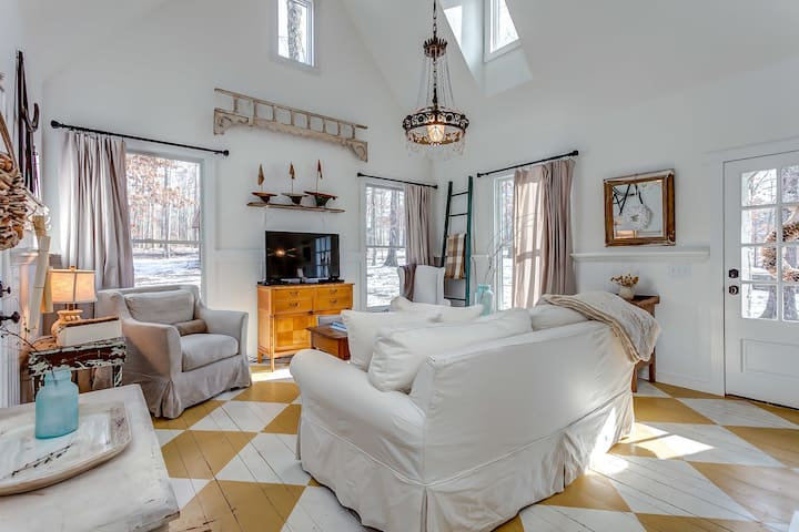 Storybook Cottage on 8 private acres Leipers Fork