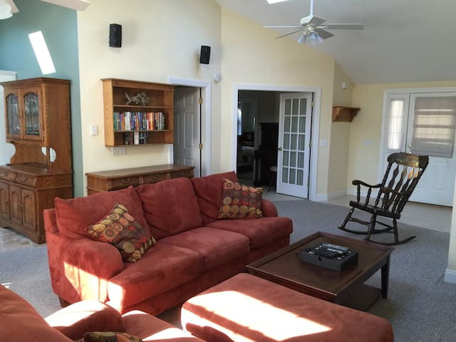 Spacious Apt 1 Mile from Beaches - Biddeford - Apartamento