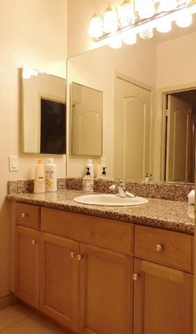 卫生间是干湿分离的,两个人可以同时使用互不影响。