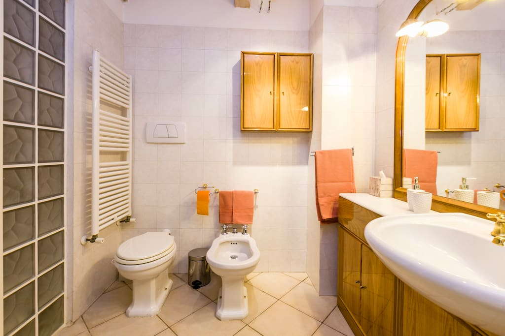 Il bagno, spazioso, al piano interrato
