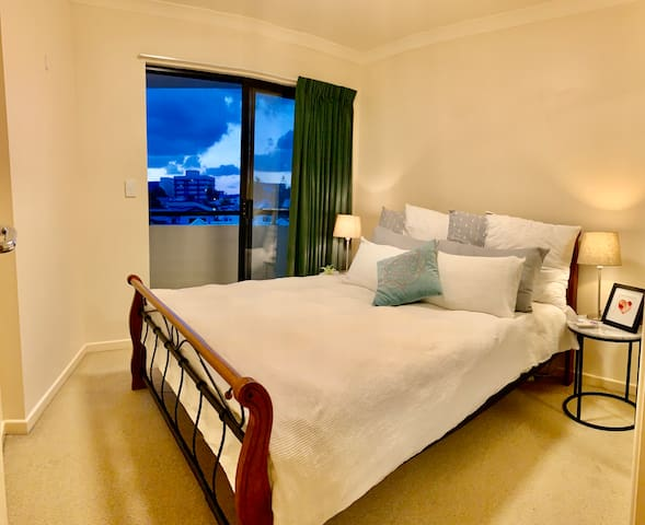 CBD Closest, Cozy & Bright Bedroom. Priv Balcony