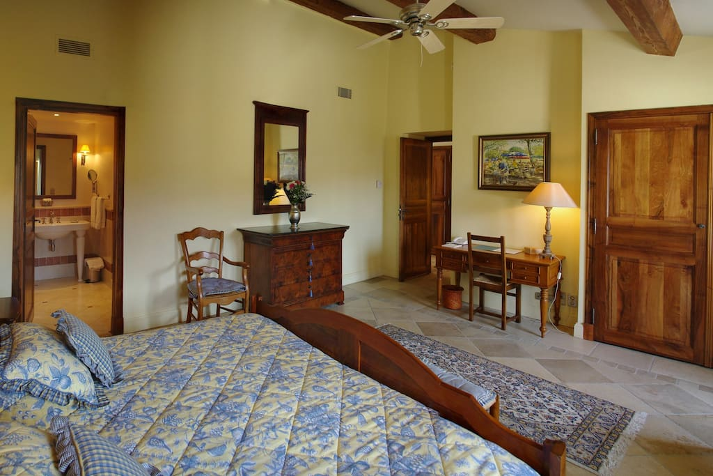 High quality bedding and spacious room. Ensuite bathroom