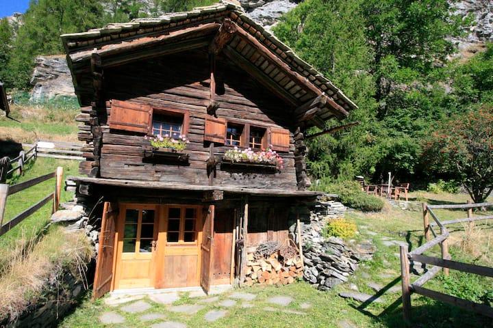 Chalet Mazot LE MIEZO avec petit sauna à Evolène
