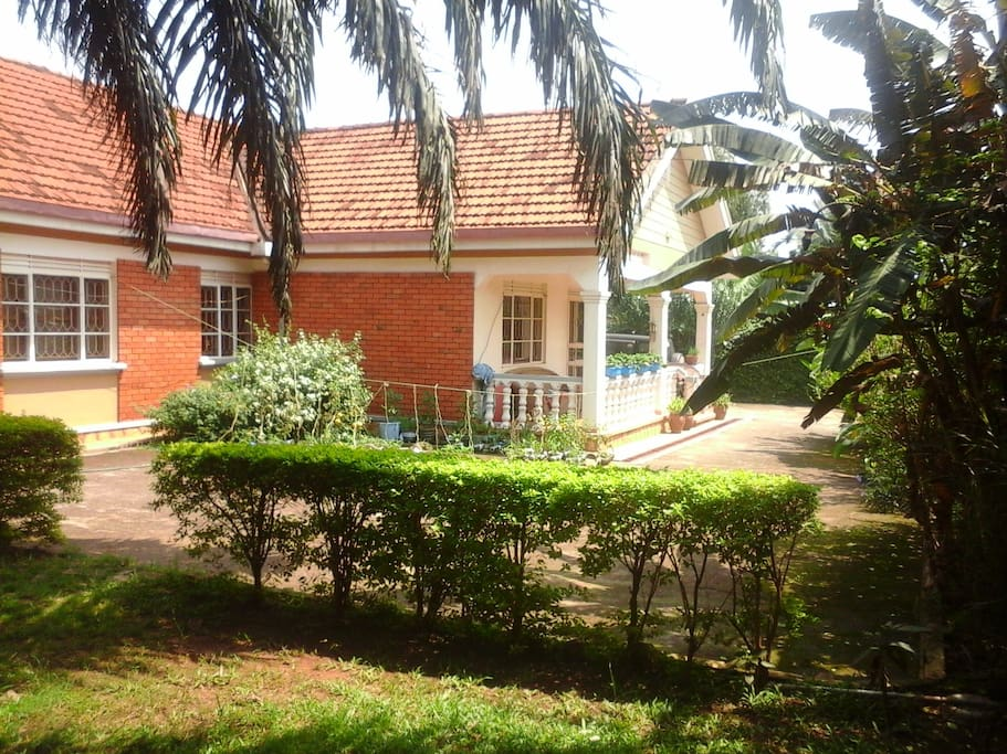 The house is located in a quiet neighborhood, close to main access road, market, and public transport.