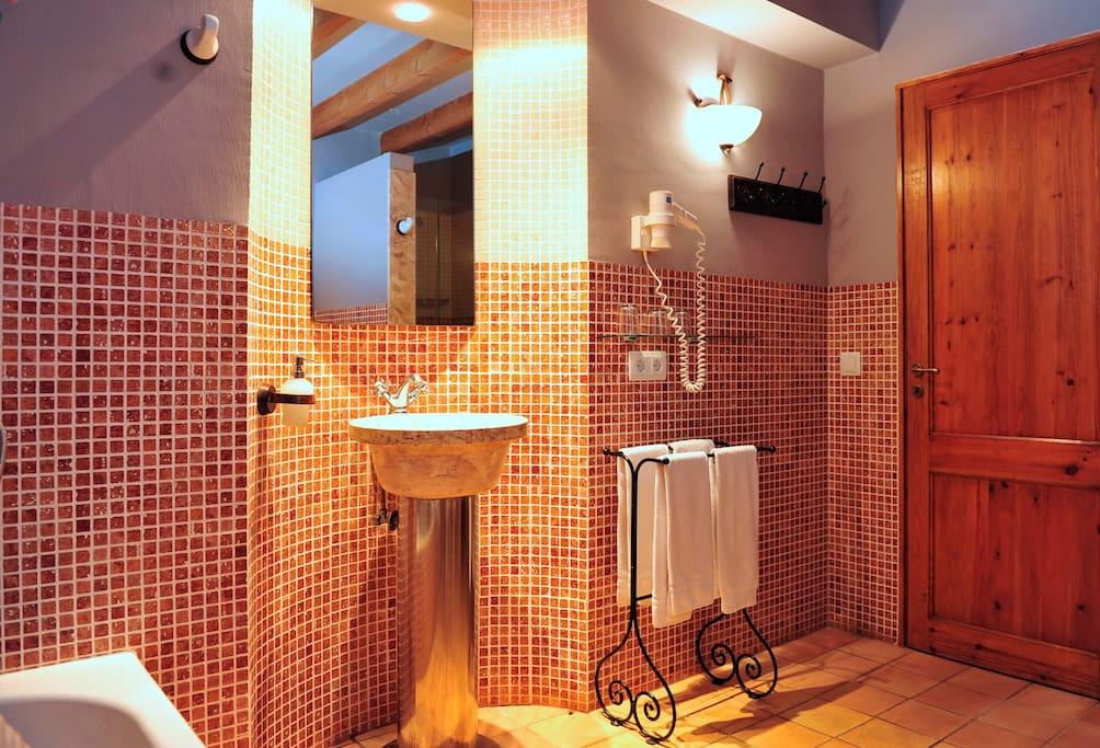 Baño con bañera y ducha. Cuenta con secador de pelo
