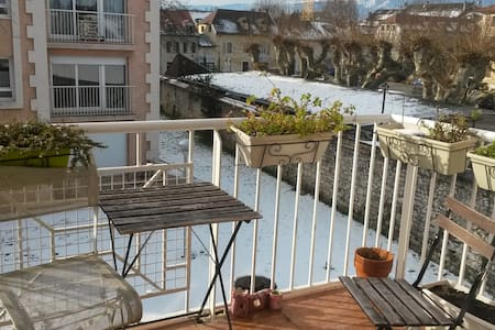Sunlit bedroom, by Ferney Voltaire center and the buses to Geneva, the airport and the ski slopes! Enjoy the the fully equipped kitchen, balcony with a beautiful view on the Jura. Cafés, bars, cinema and boulangerie are all within walking distance.