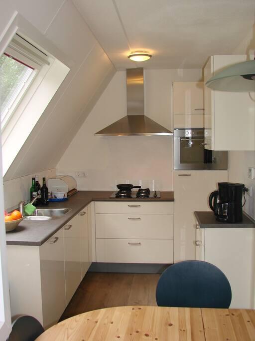 De moderne keuken, voorzien van alle gewenste apparatuur