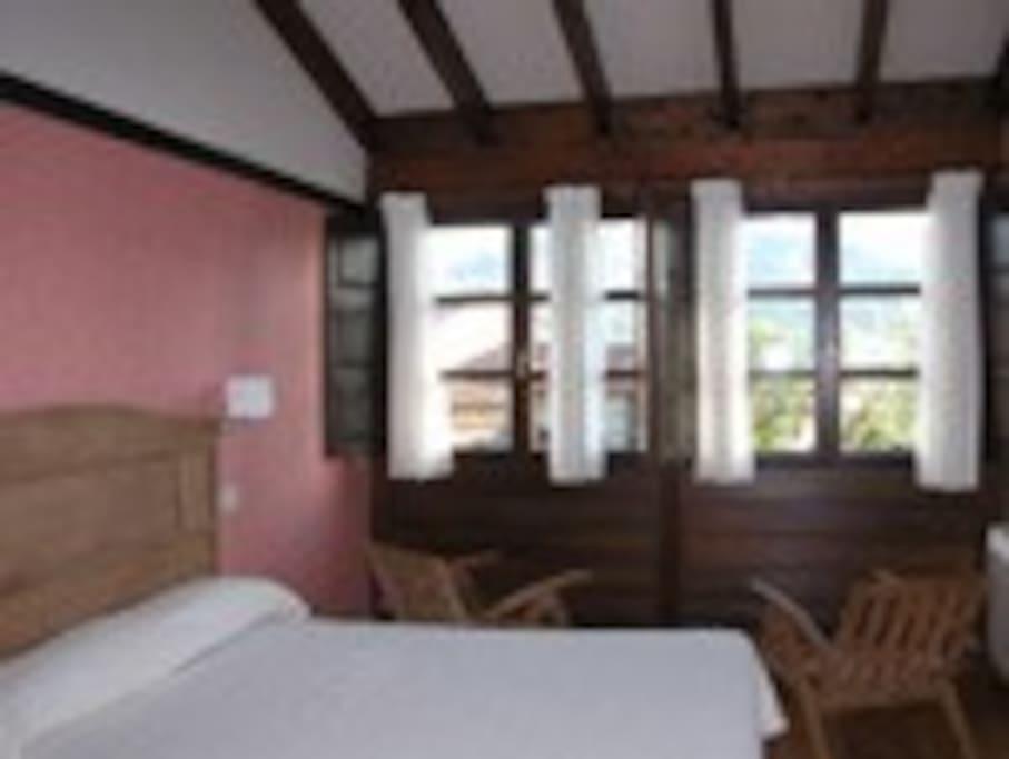 habitacion con cama de 150 cm con galeria con vistas a la montaña