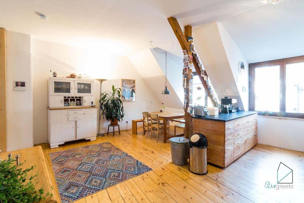 The bright and spacious room provides a high-quality kitchen with individual design and a dining area.
