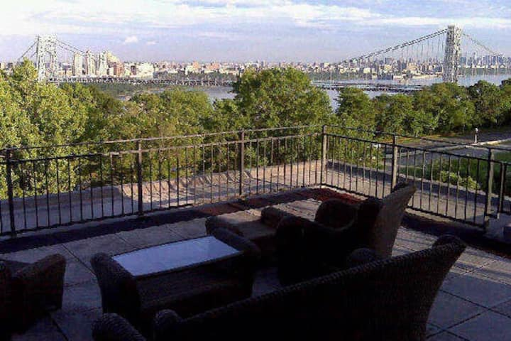 Penthouse w/ view of NYC! (Long term renters only)