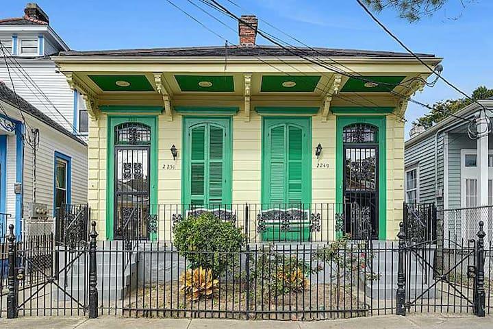 Lower Garden 2 BR off St. Charles-Great for fests! - New Orleans - Leilighet