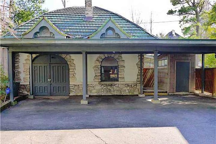 Stand-alone Carriage House - There is covered parking available for 1 car in our driveway (middle parking spot)