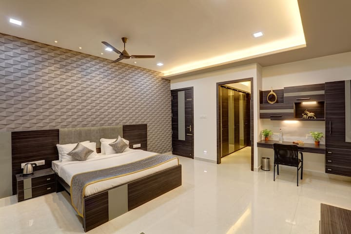 Spacious airconditioned room in a waterfront villa